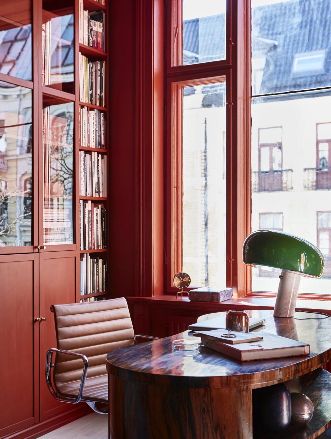 04_pure_original_brownred_walls_windows_bookshelf